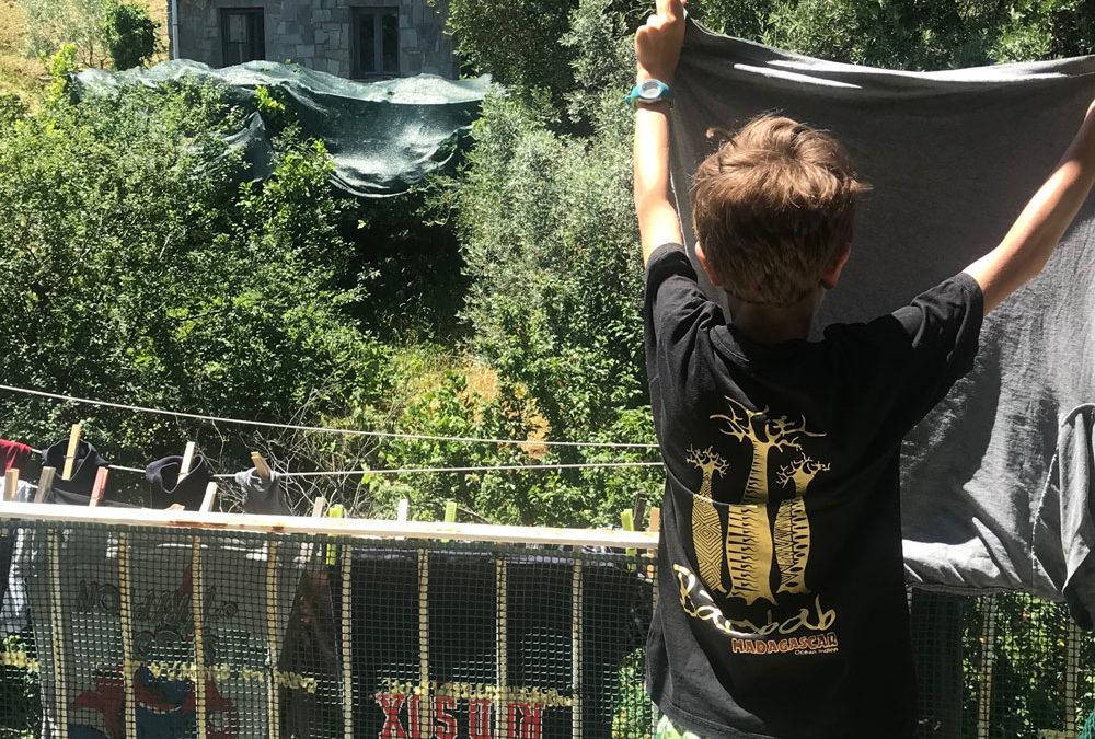 Perché insegnare ai figli a fare il bucato li renderà adulti più felici